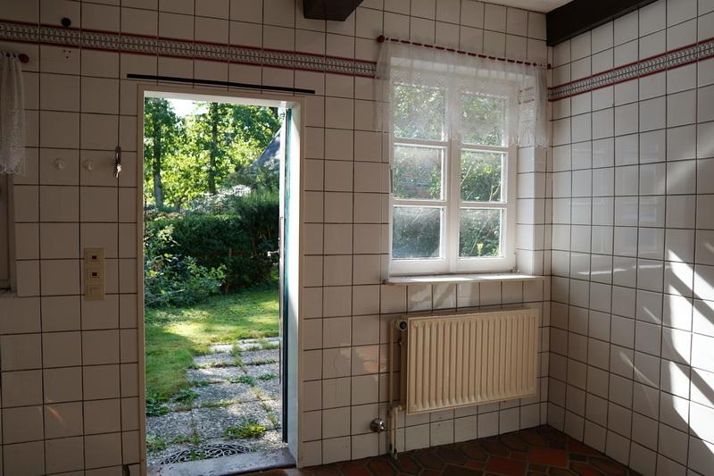 Küche mit Tür in den Garten
